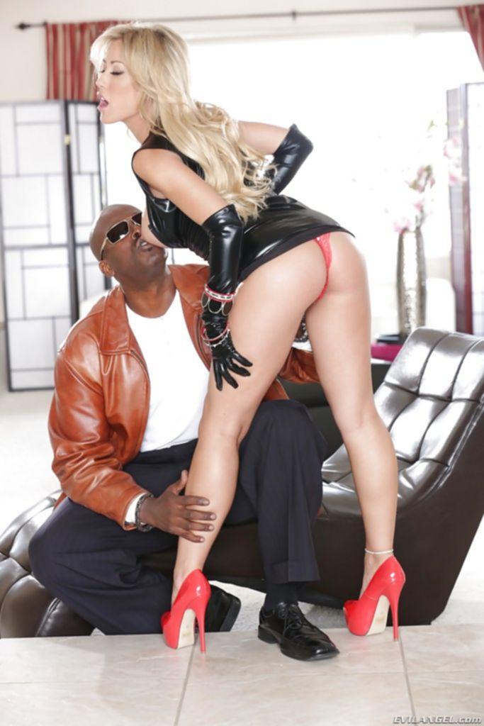 Нигер отодрал блондинку в рот большим стволом
