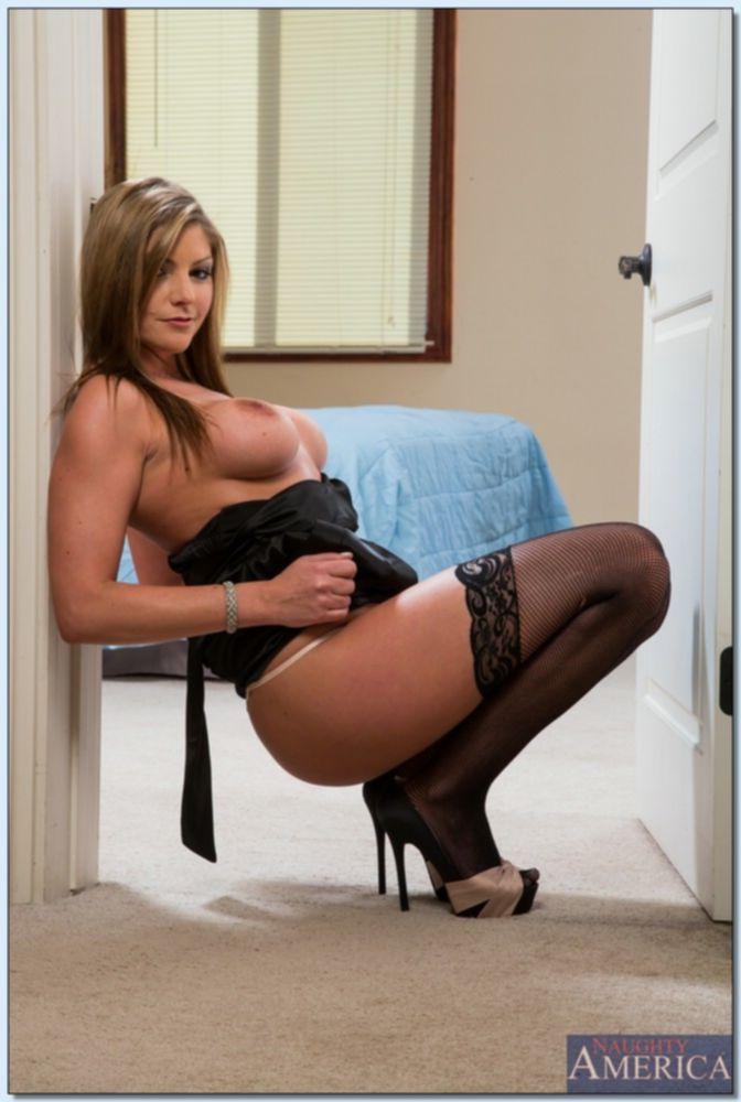 Brianna Brooks в дверном проеме показывает пухлую жопу