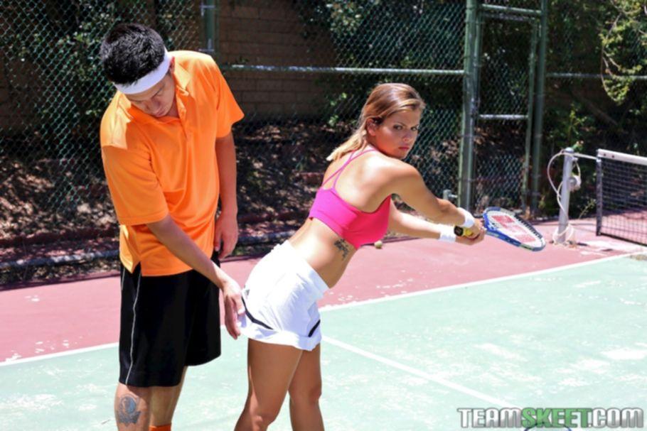 Загорелая теннисистка взяла в рот у своего тренера посреди корта