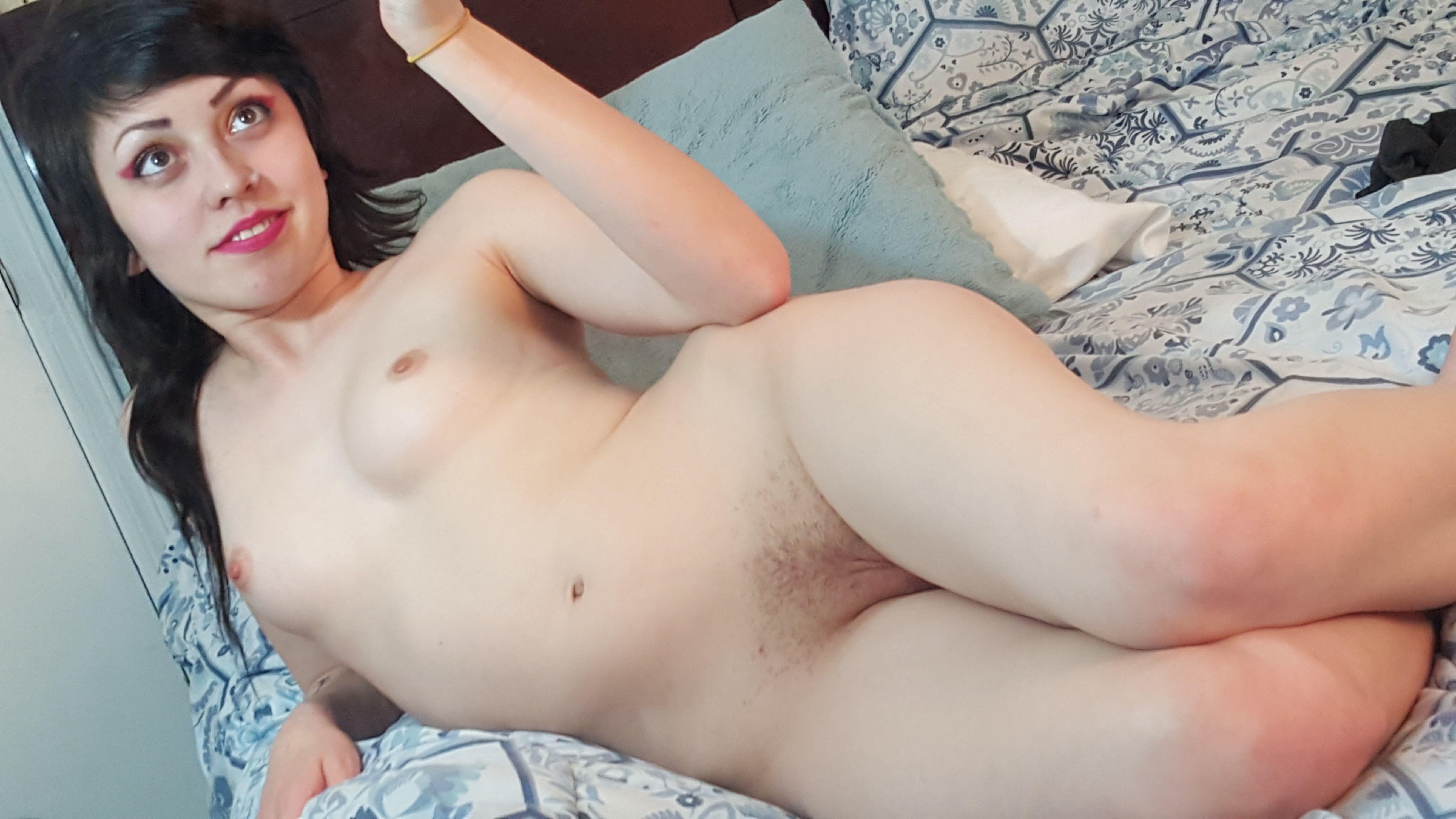 Rebecca Stilles голышом перед камерой ласкает киску