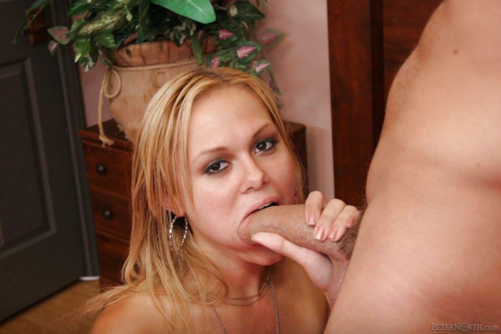 Блондинка умело отсосала пенис возлюбленного