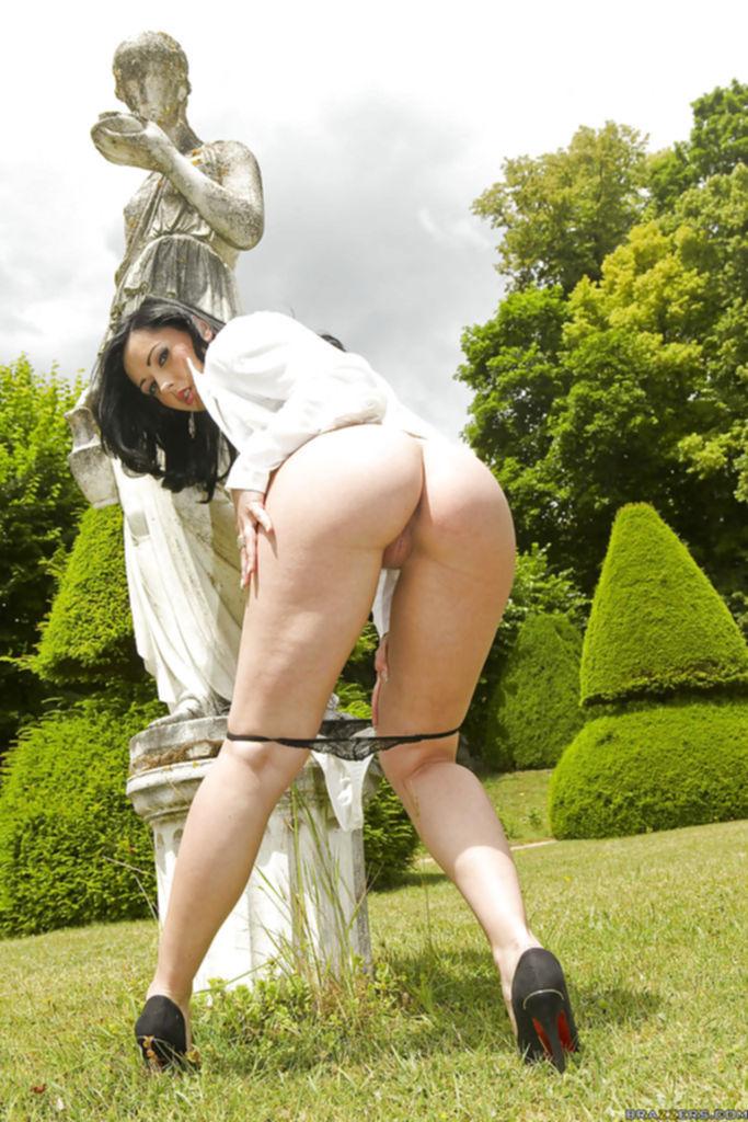 Брюнетка разделась возле старой статуи