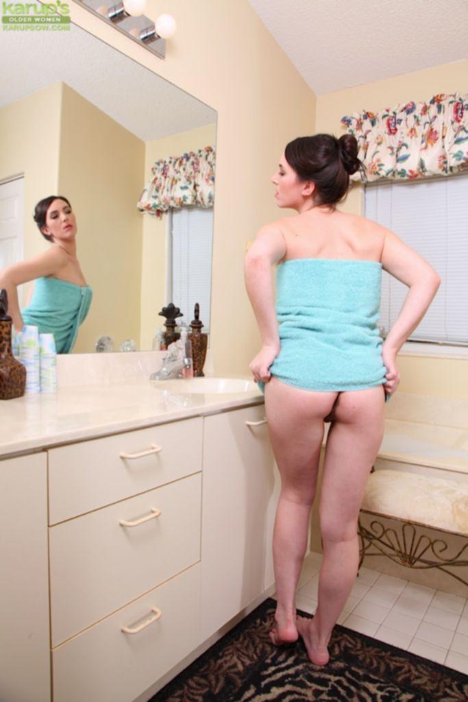Развратная мамаша ласкает клитор в ванной комнате