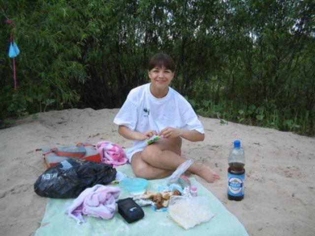 Отдыхает на пляже с голыми сиськами
