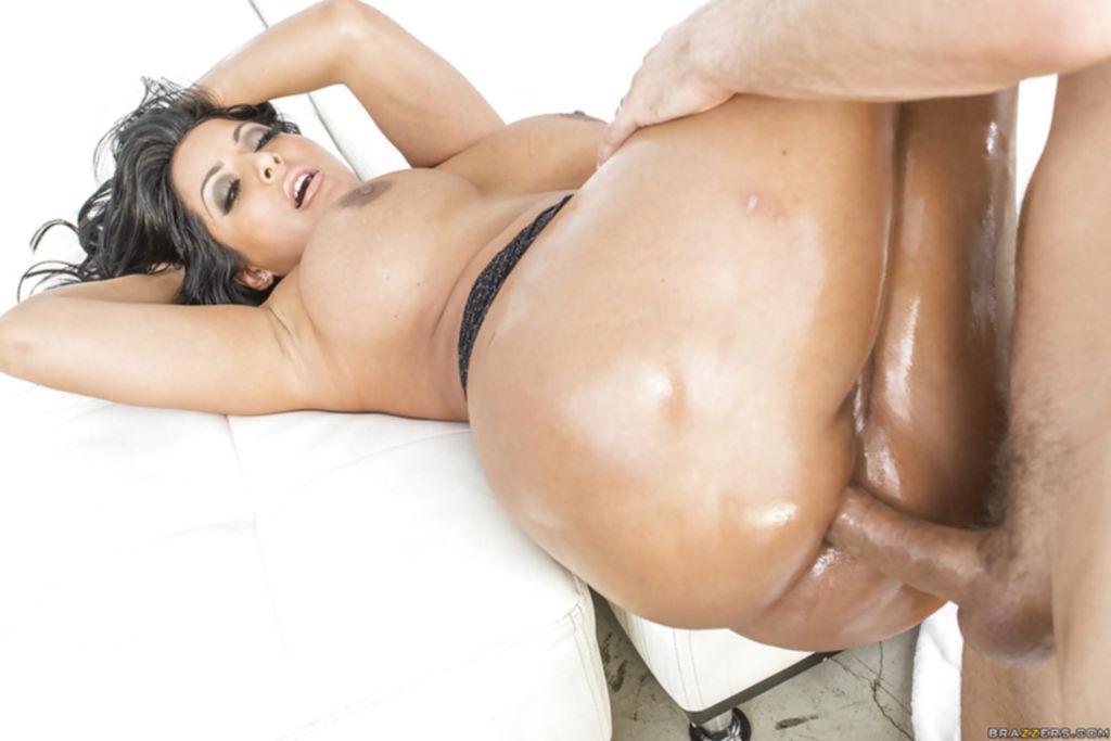 Kiara Mia с большой жопой села анусом на толстый ствол