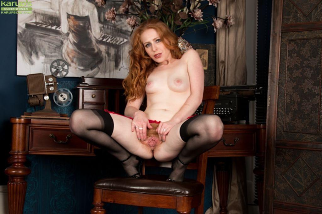 Раздвинула ноги и показала волосатую щелку