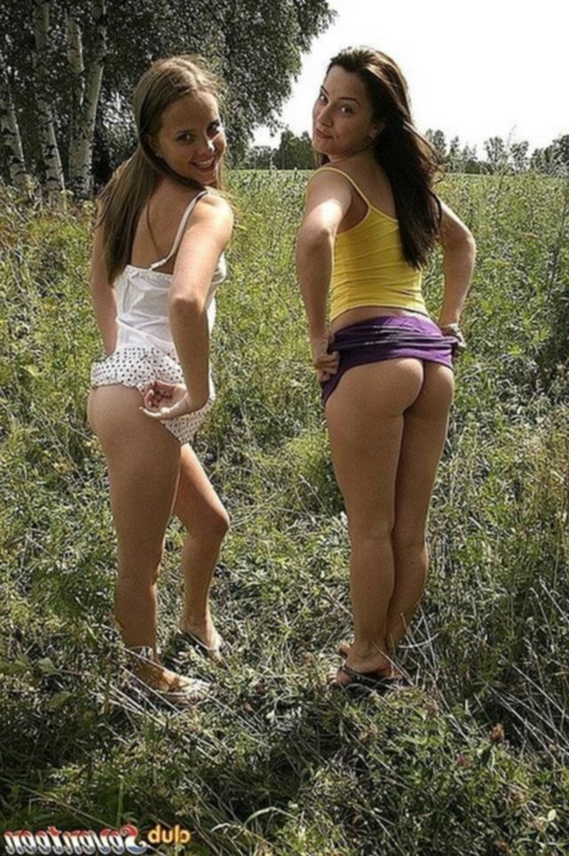 Девушки снимают с себя одежду на свежем воздухе
