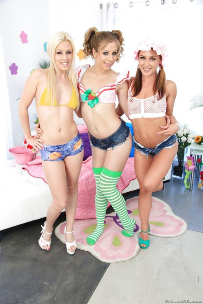 Три лесбиянки играют с резиновым дилдо на кровати