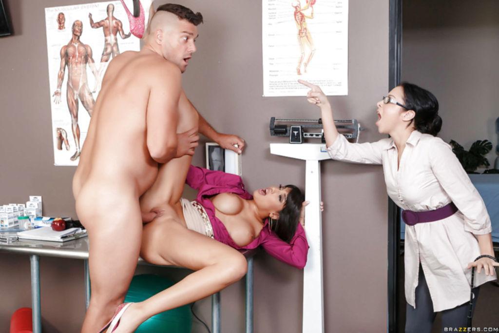 Пациентка подставила киску для напористого доктора