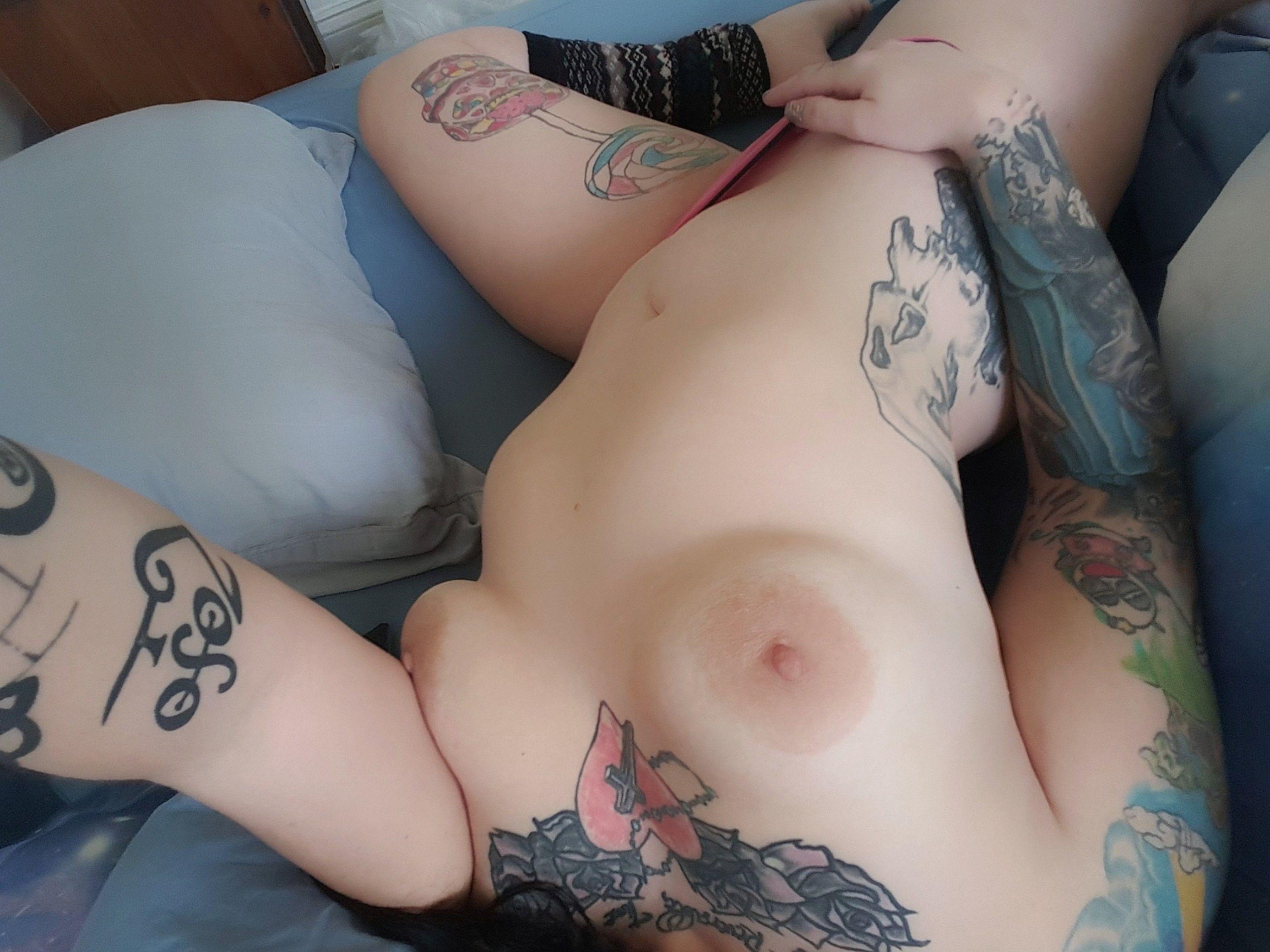 Татуированная крошка позирует голышом и заглатывает ствол партнера