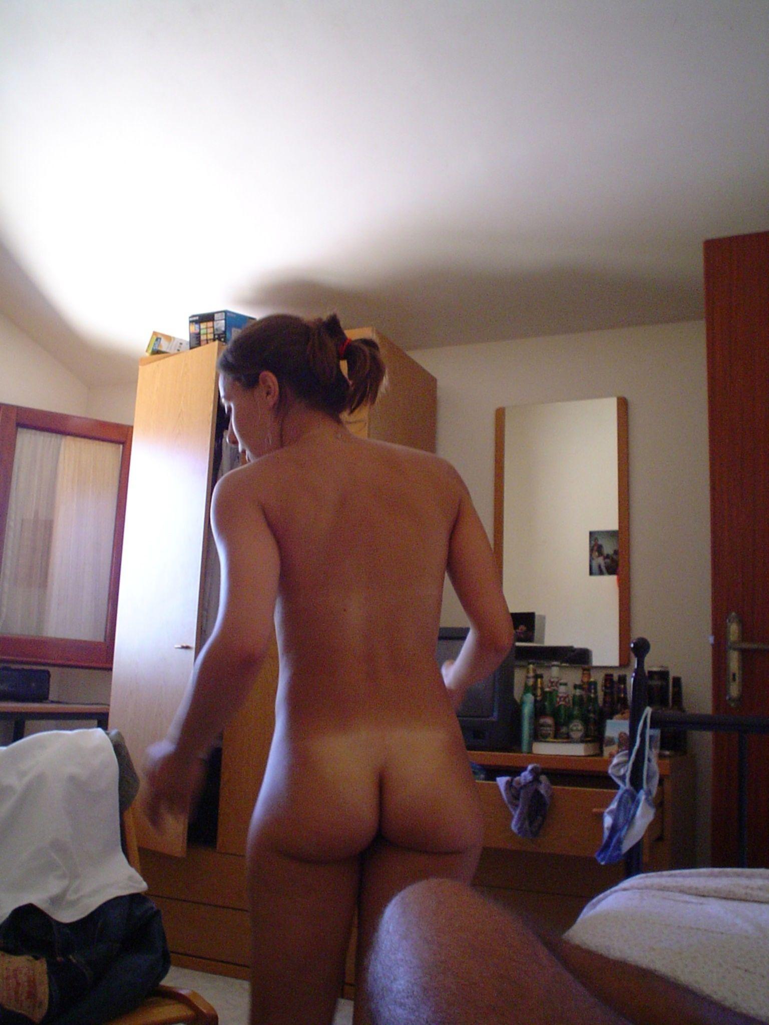 Подборка голых задниц разных девушек без комплексов