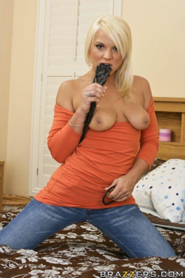 Зрелая блондинка раздевается и сладко мастурбирует на большой кровати