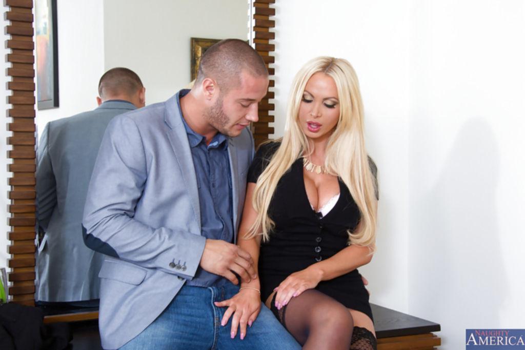 Блонда с большими сиськами подставила промежность после оральных ласк