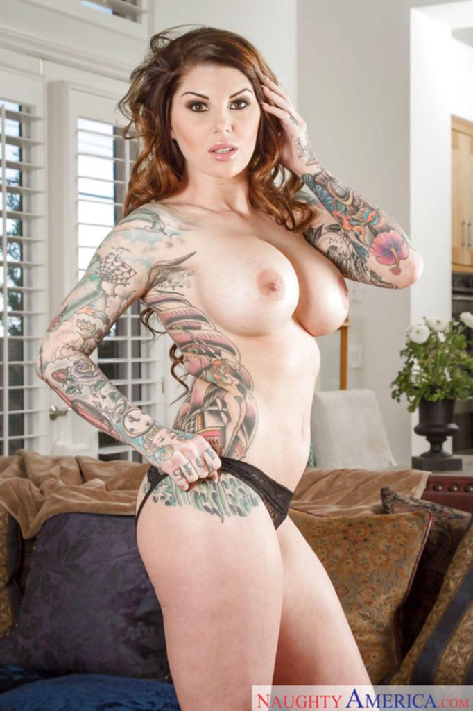 Красотка с татуировками разделась и показала силиконовые сиськи