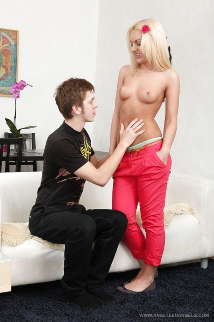 Русскаая блондинка с нежной попкой дала в анал