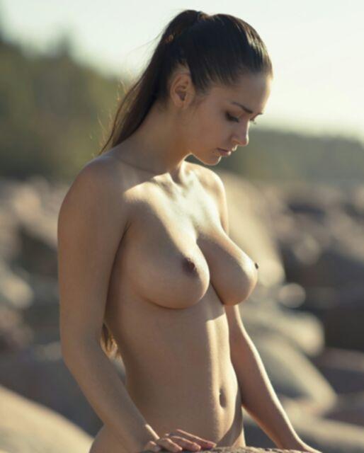Девушки без бюстгальтеров хвастаются большими сиськами