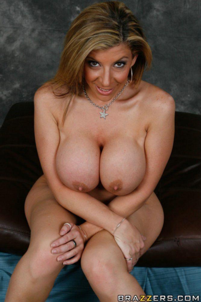Зрелая красотка с большими сиськами и попой провела голую фотосессию
