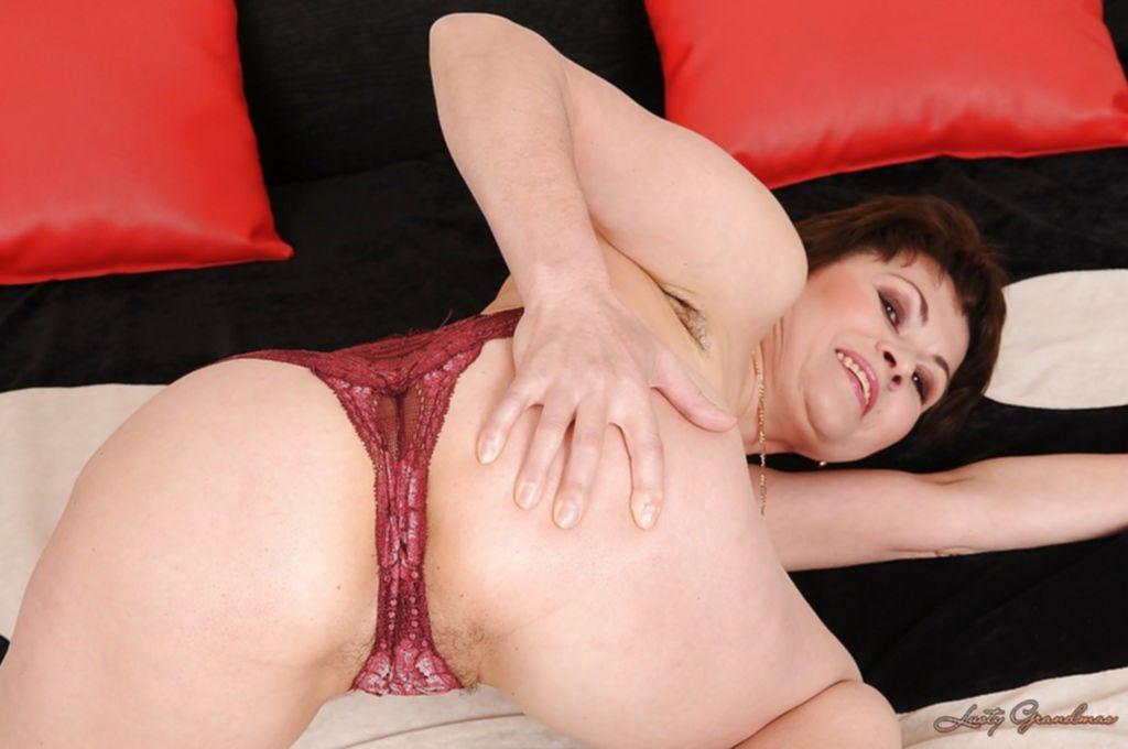 Мать одиночка раздевается в постели и показывает волосатую вагину