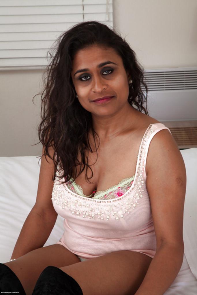 Зрелая баба раздевается в постели и показывает волосатую вагину