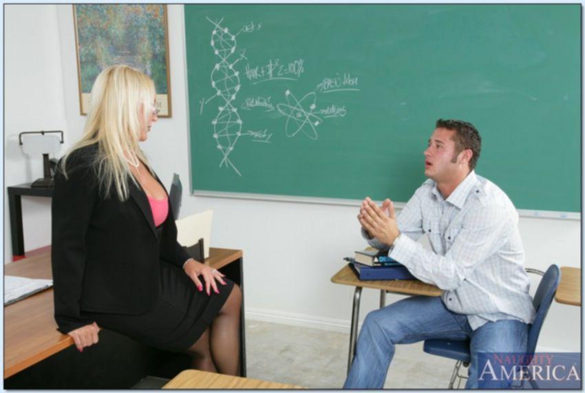 Студент оттрахал училку на ее рабочем столе