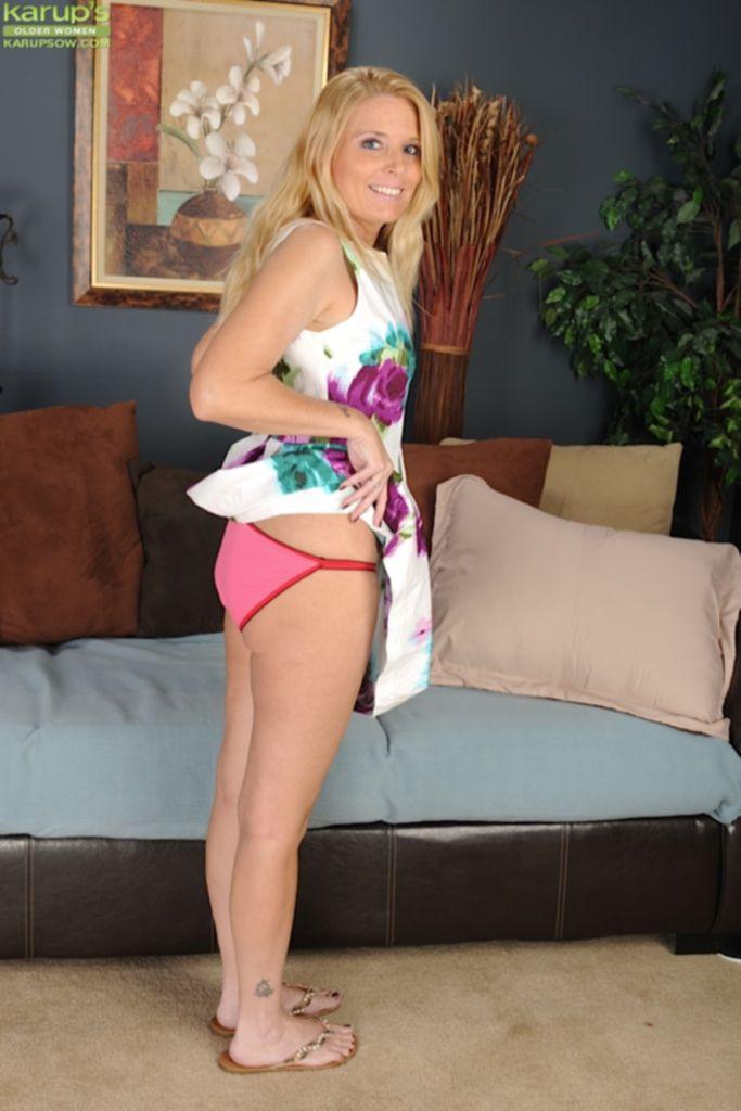 Sky Martin в розовом белье раздевается на диване