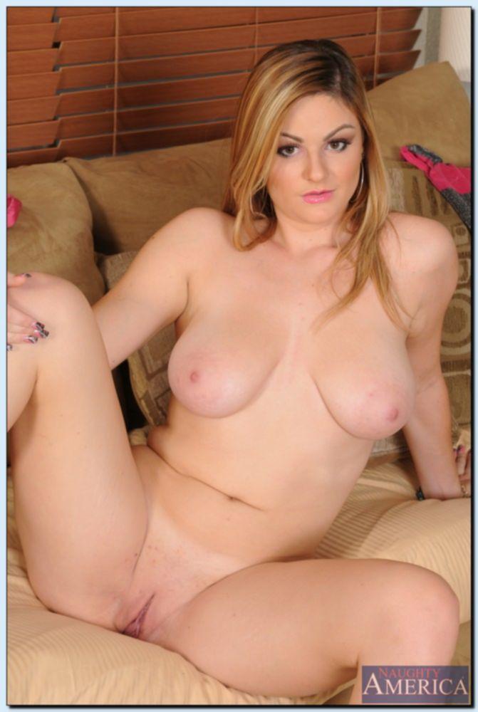 Молодая женщина раздевается в зале и показывает красивое тело
