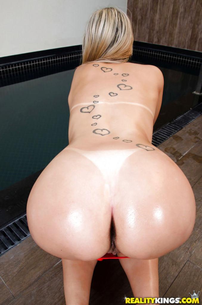 Соло латинской девушки в купальнике
