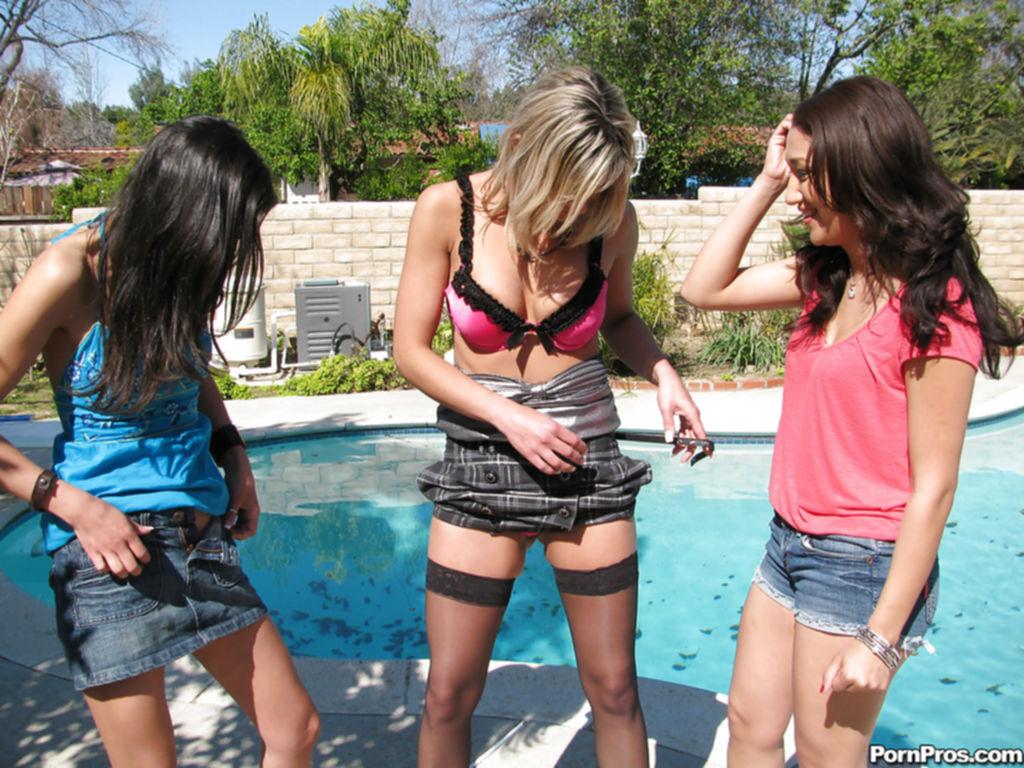 Три телки с большими жопами раздеваются у бассейна