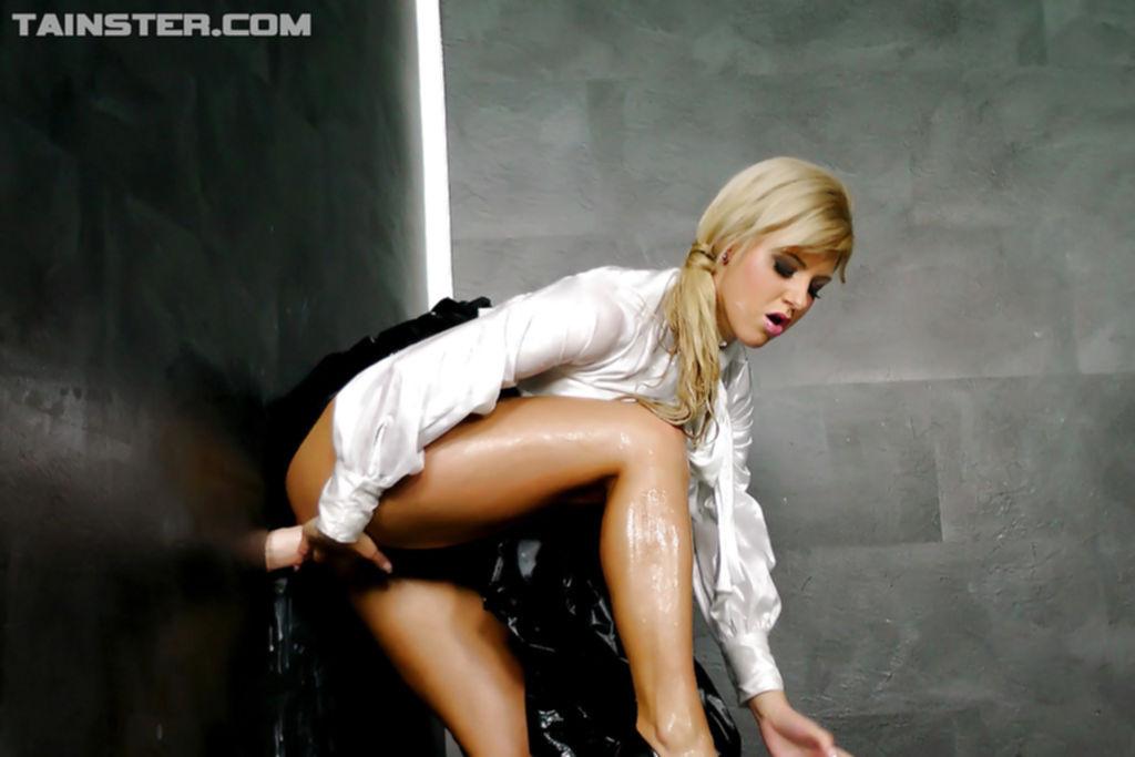 Блондинка сосет игрушку и купается в искусственной сперме