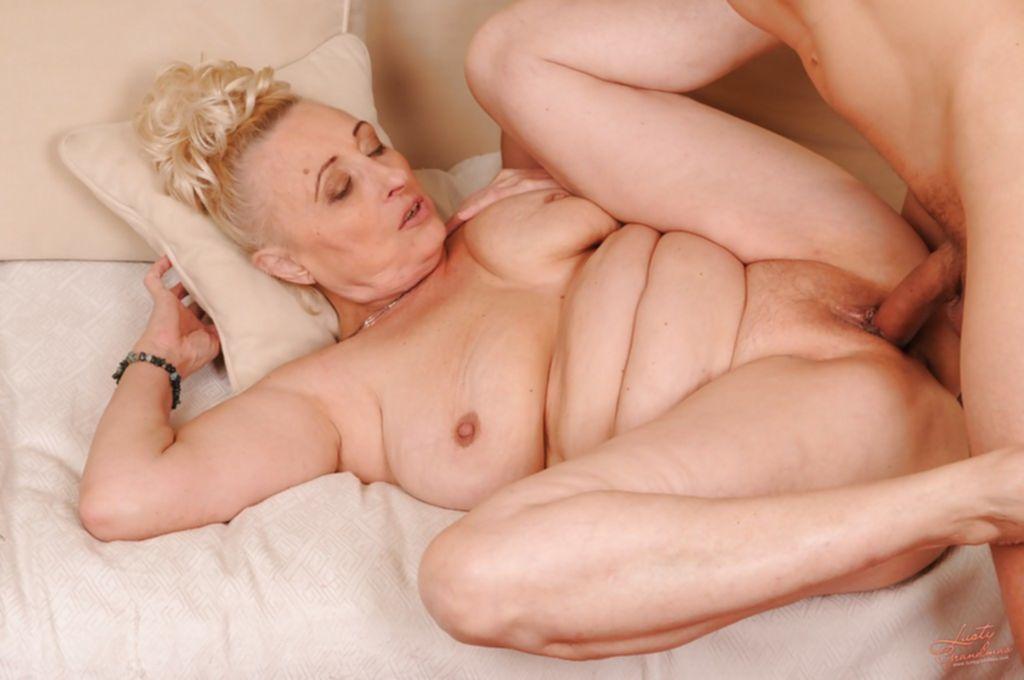 Молодой любовник трахает сочную бабушку и кончает ей в киску