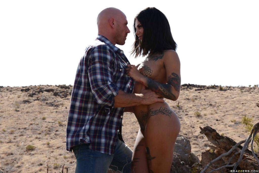 Мужик нашел сисястую брюнетку с татуировками в пустыне и трахнул в ротик