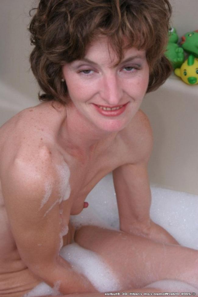 Женщина мастурбирует в ванне