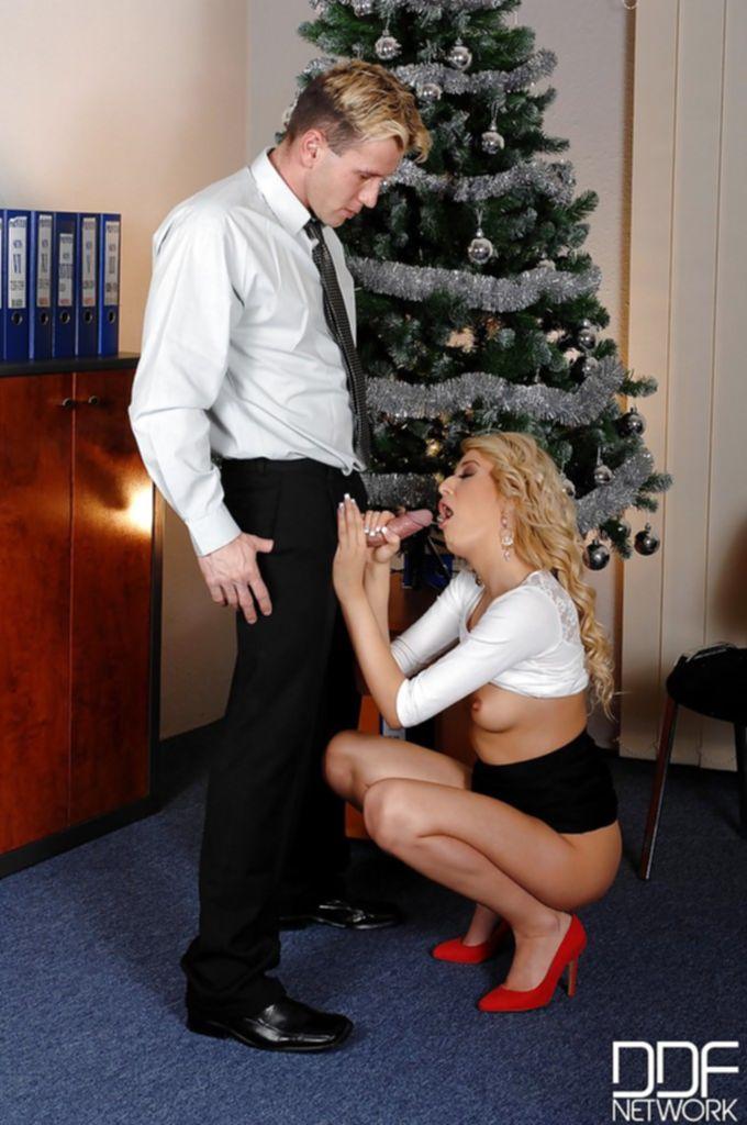 Развратная секретарша делает начальнику минет в офисе