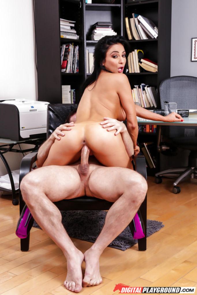 Страстная секретарша с большими сиськами трахается со своим боссом