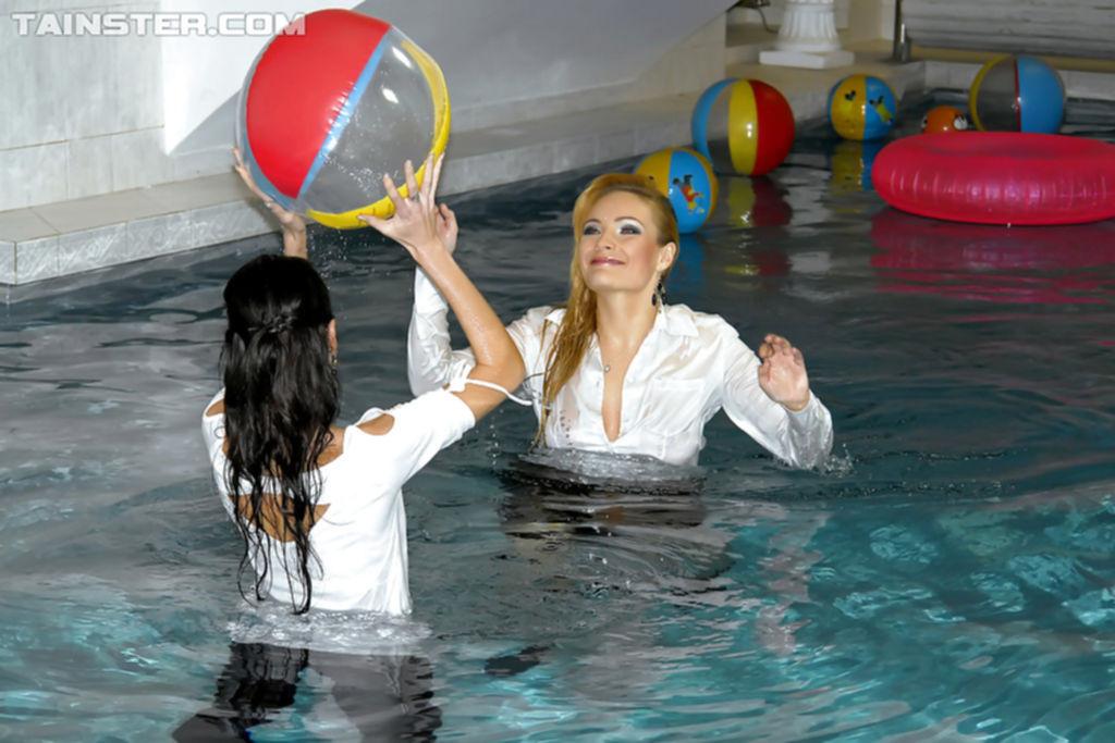 Работницы бассейна купаются в одежде после закрытия