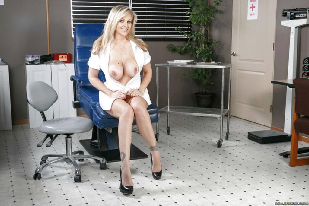 Сисястая медсестра дразнит парня своими пикантными местами