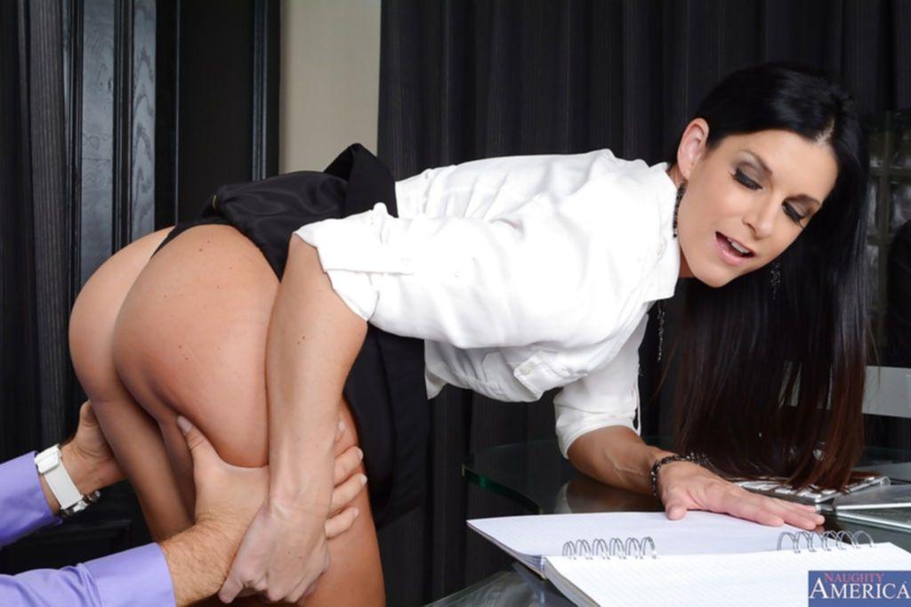 Начальница искусила подчиненного на оральный секс