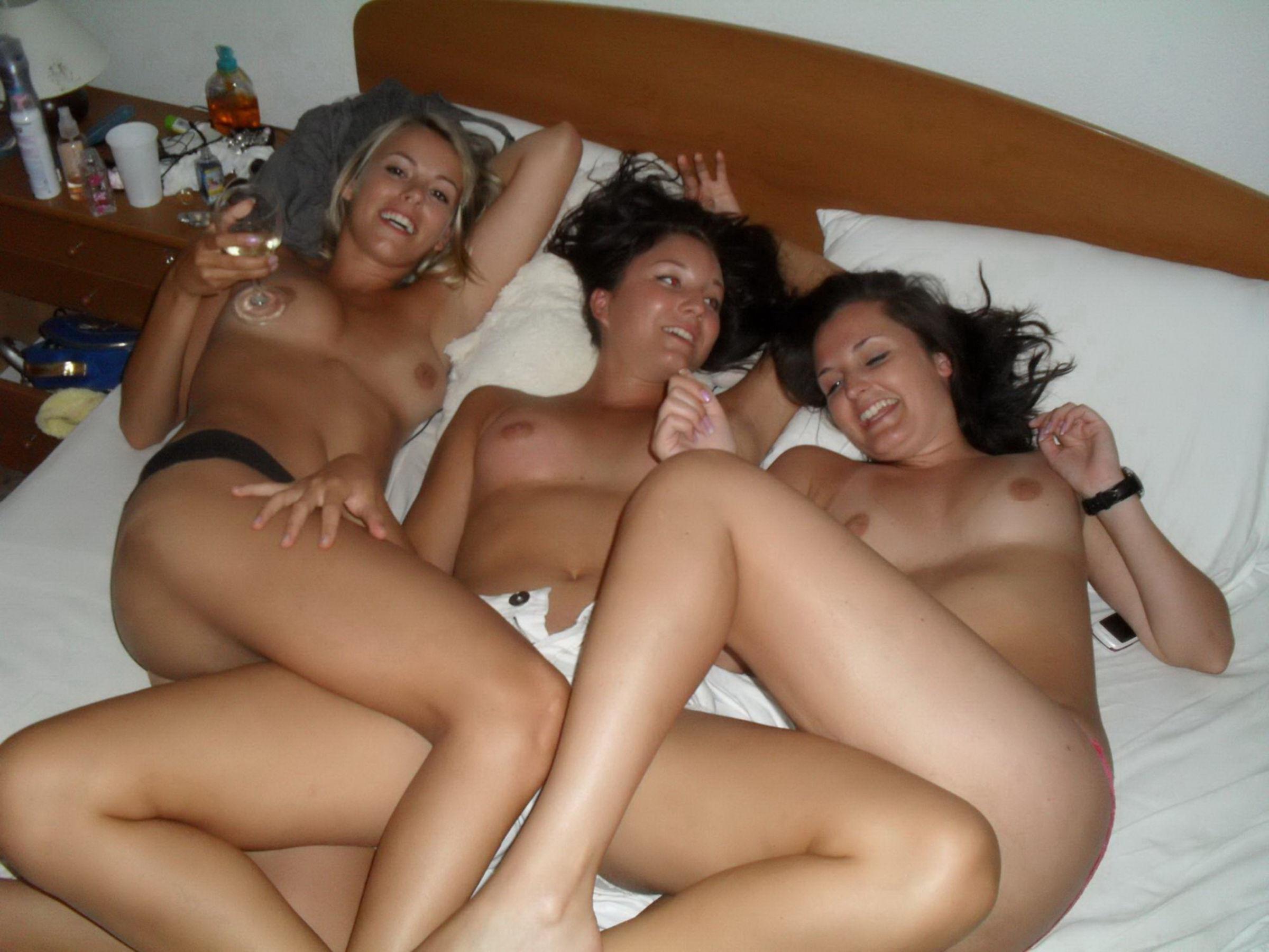 Деревенские девки показывают голые дойки