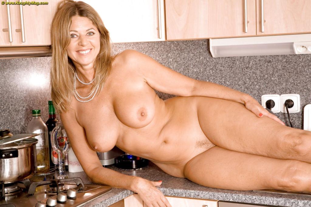 Зрелая красотка оголила плоть на кухне