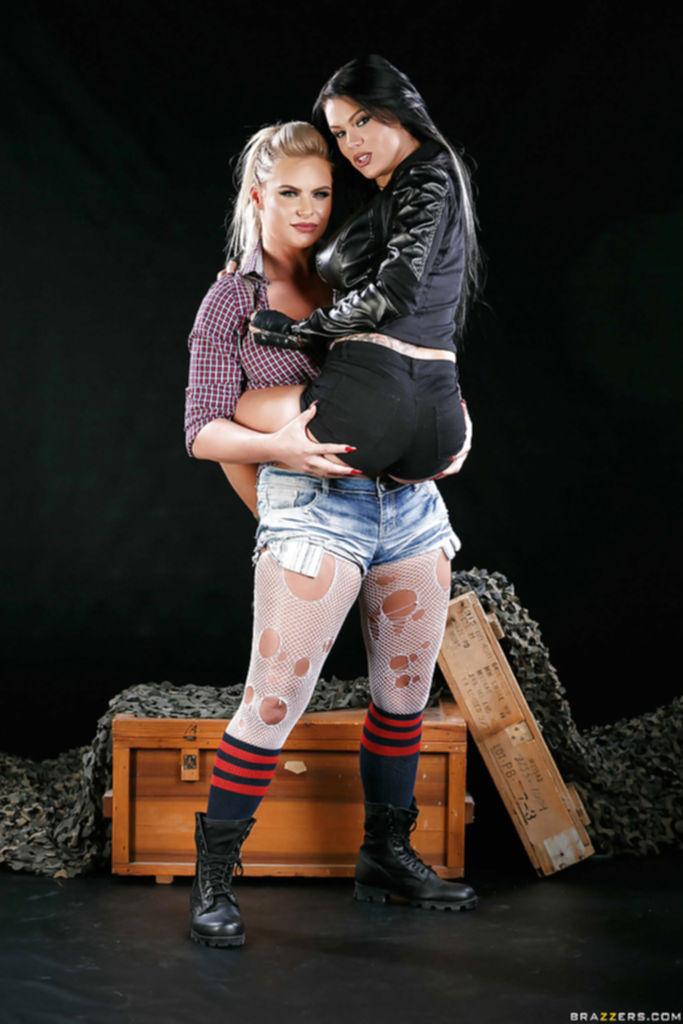 Peta Jensen и Phoenix Marie разделись и поцеловались перед камерой