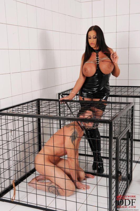 Зрелая госпожа властвует над рабом в клетке