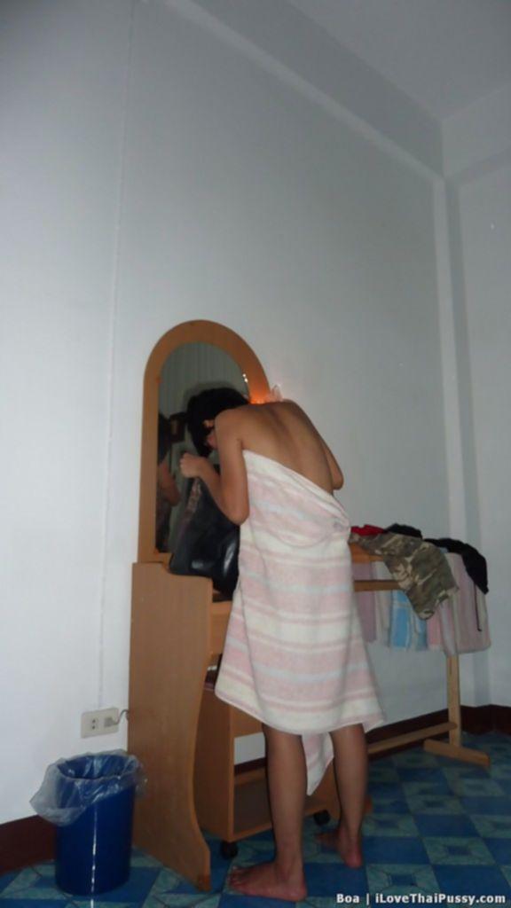 Узкоглазая дама переодевается перед камерой