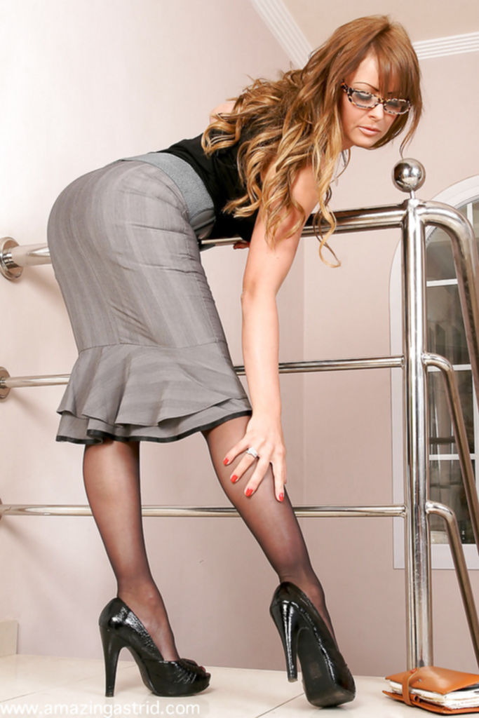 Менеджер возбудилась и разделась на лестнице