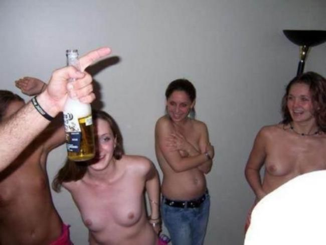 Пьяные и голые красотки позируют на камеры
