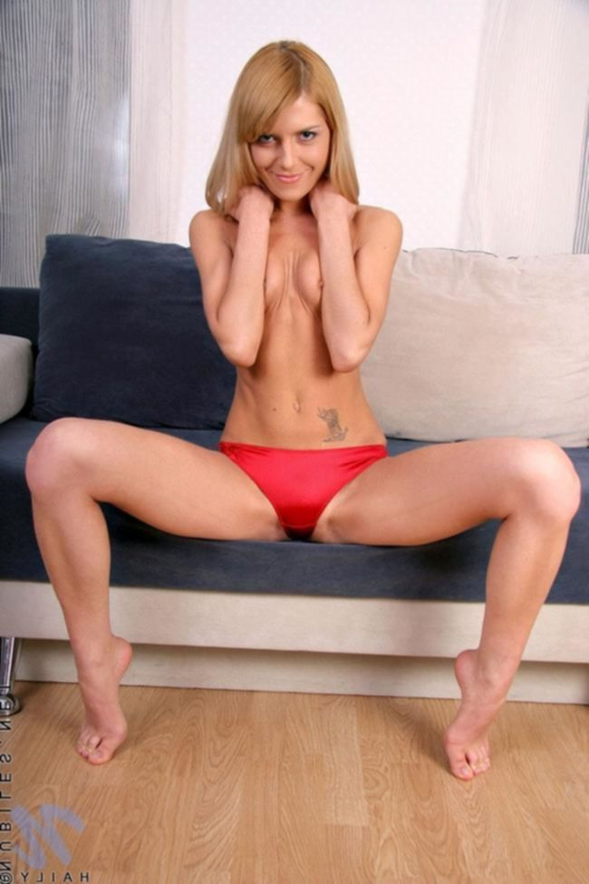 Красивая молоденькая девушка отодвинула с писи красные трусики, что бы помастурбировать