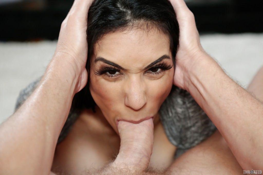 Горячая брюнетка умело сосет половой член ухажера