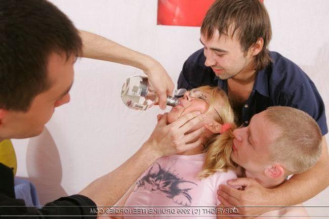 Пьяная отличница и три парня