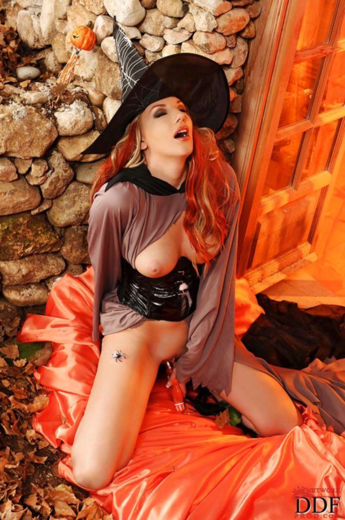 Сексуальная ведьма мастурбирует самотыком во дворе
