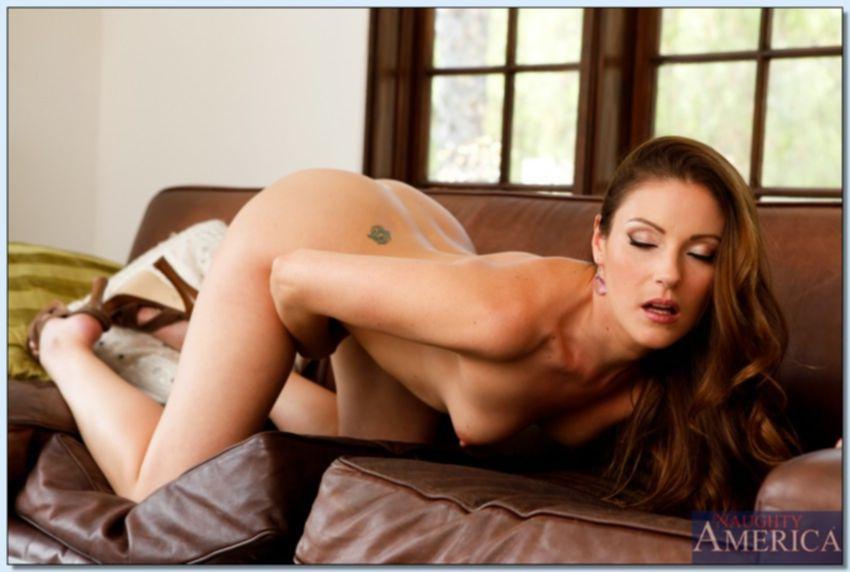 Худенькая красотка на диване ласкает киску
