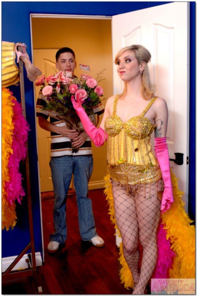 Танцовщица расставила ноги для своего поклонника